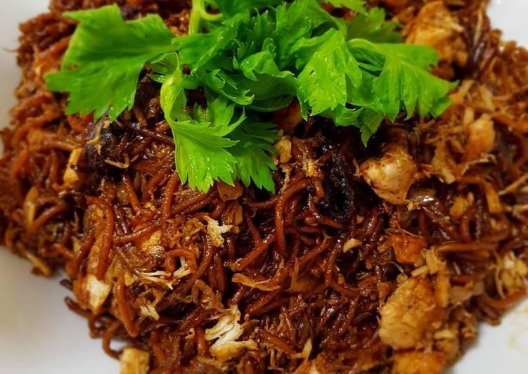 الصورة الرئيسية لوصفةالنودلز المقلي مع صدر الدجاج بصوص الصويا على الطريقة الماليزية